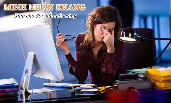 Làm việc nhiều giờ trên máy tính là nguyên nhân chủ yếu gây khô mắt ở người trẻ